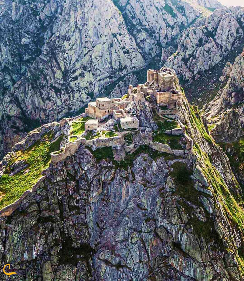 قلعه باباک در قله