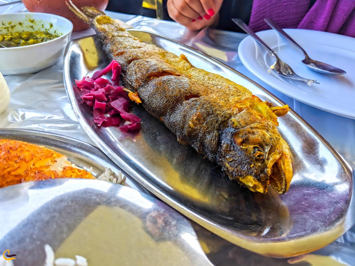 ماهی کباب با چلو در رستوران خاور خانم