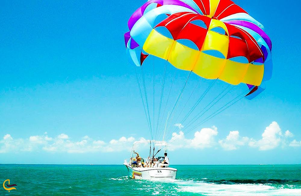پاراسل رنگی با قایق