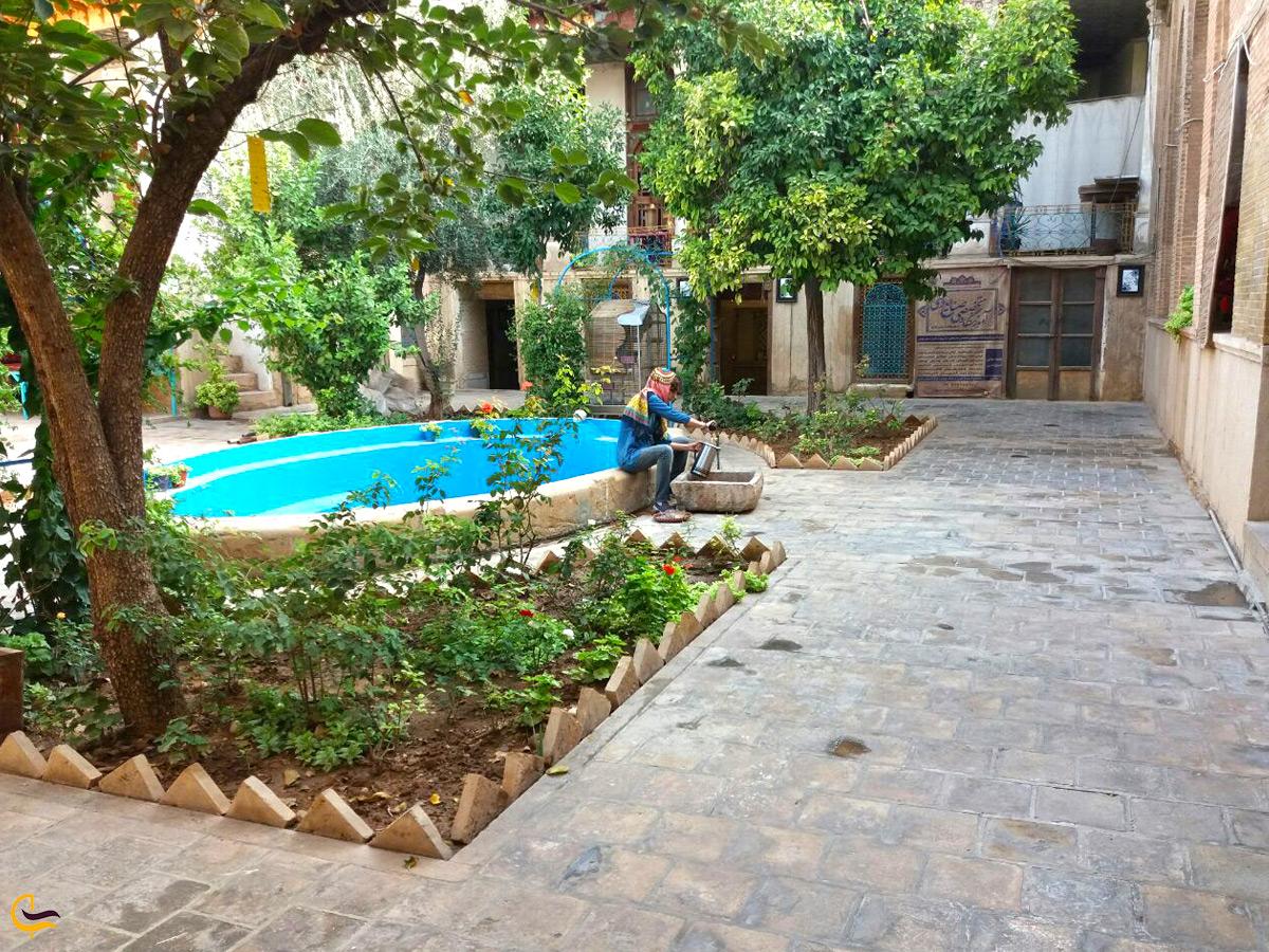 حیاط خانه سعادت در شیراز
