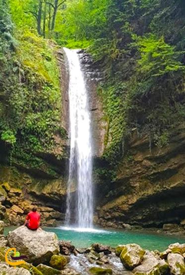 یک مرد روبهروی آبشار دارنو