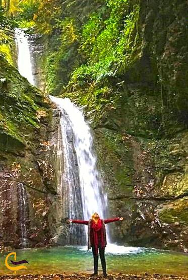 یک زن کنار آبشار دارنو