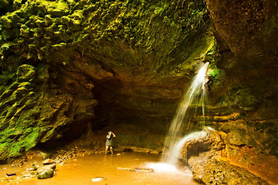 یک مرد نزدیک آبشار پلنگ دره