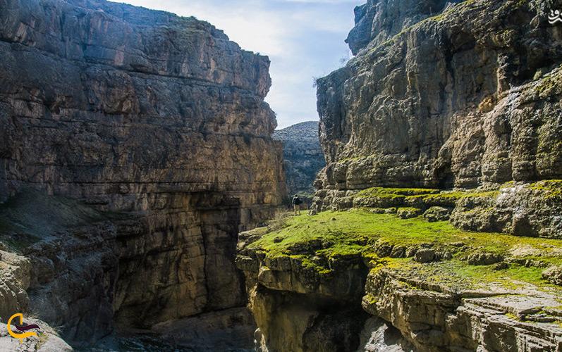 یک مرد در حال صخرهنوردی در دره شمخال