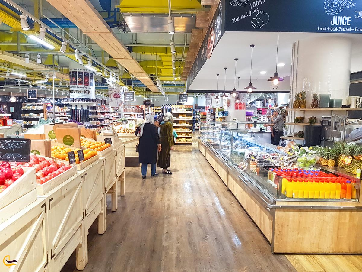 دو زن در فروشگاه مواد غذایی مرکز خرید روشا