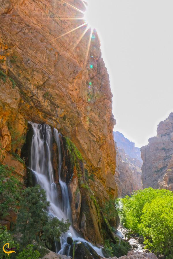 آبشار آب سفید در ظهر
