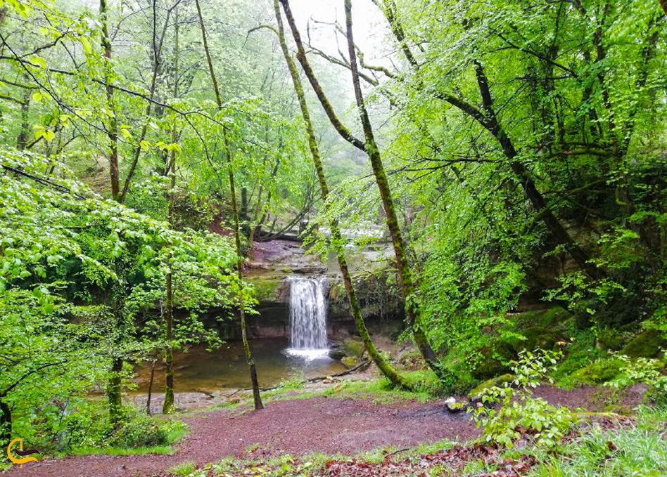 نمایی از فاصله دور از هفت آبشار تیرکن
