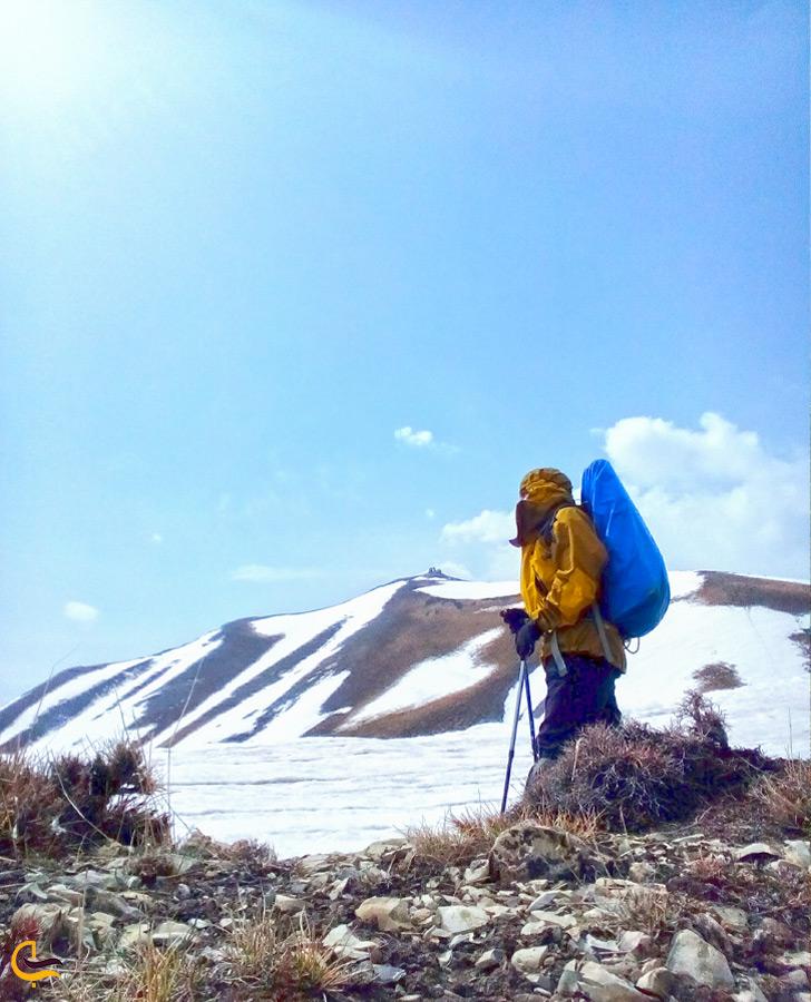 کوهنوردی در کوههای برفی روستای آهار