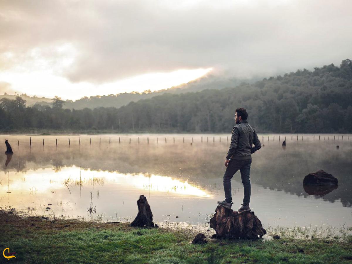 عکاسی از یک مرد کنار دریاچه الندان