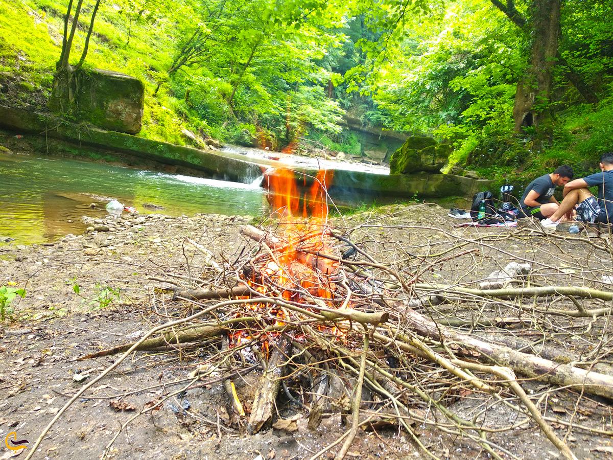 کمپینگ اطراف آتش در هفت آبشار تیرکن