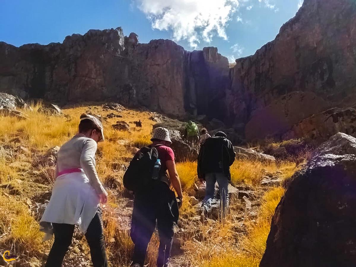 کوهنوردی گروهی در آبشار خور