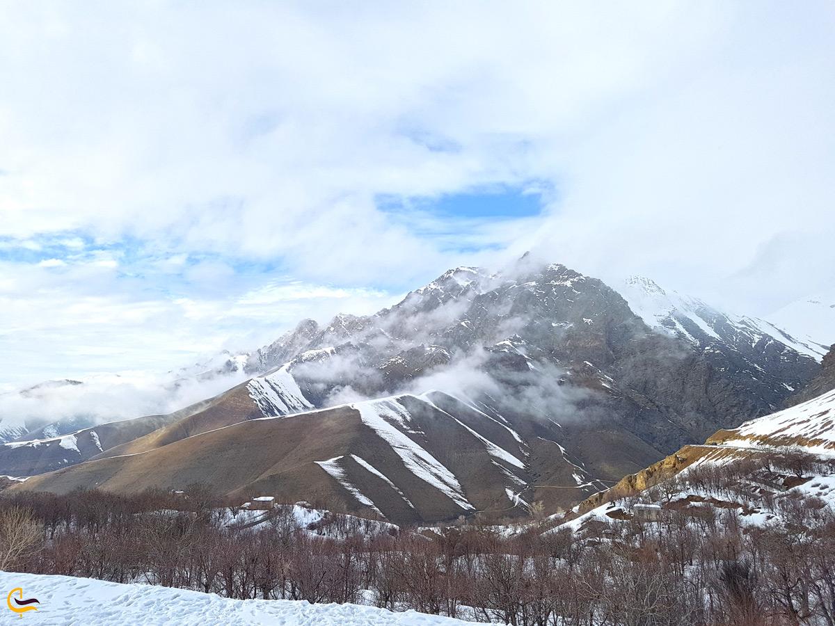 آبشار خور در زمستان نزدیک رشته کوههای البرز