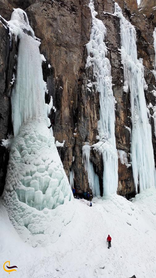 نمای عمودی از آبشار یخ زده خور