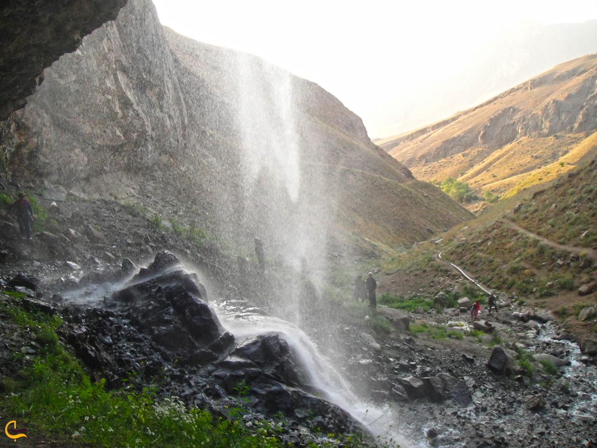نمایی از داخل آبشار خور