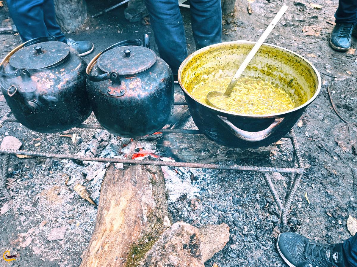 آش رشته و چای آتیشی در نزدیکی آبشار کبودوال