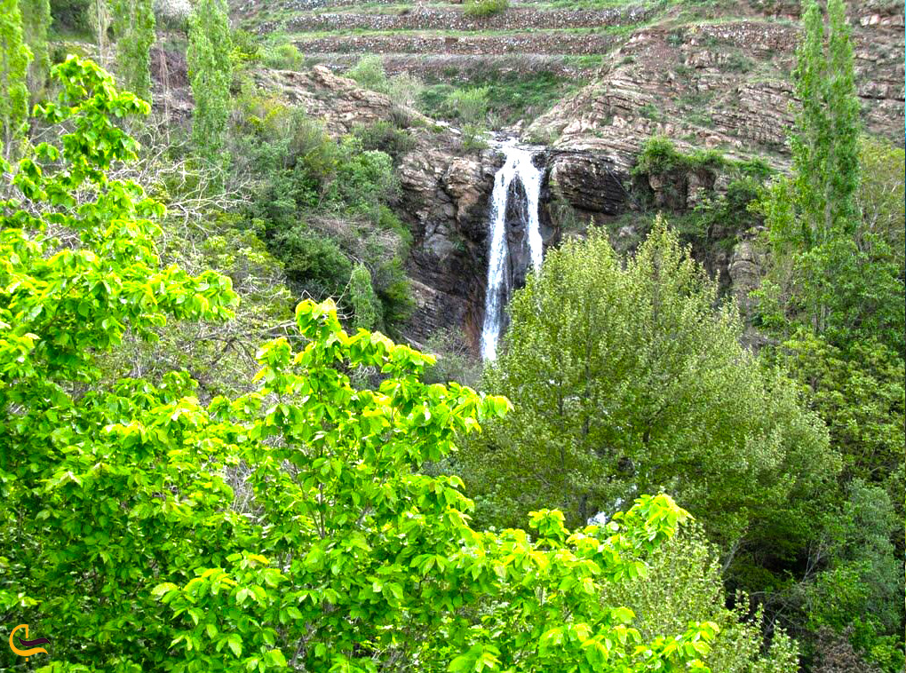 آبشاری زیبا در مسیر دشت هویج