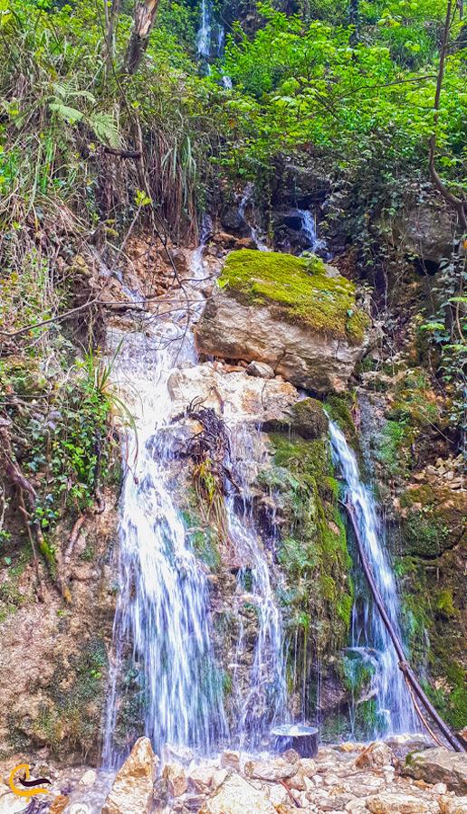 نمایی زیبا از آبشار آب پری