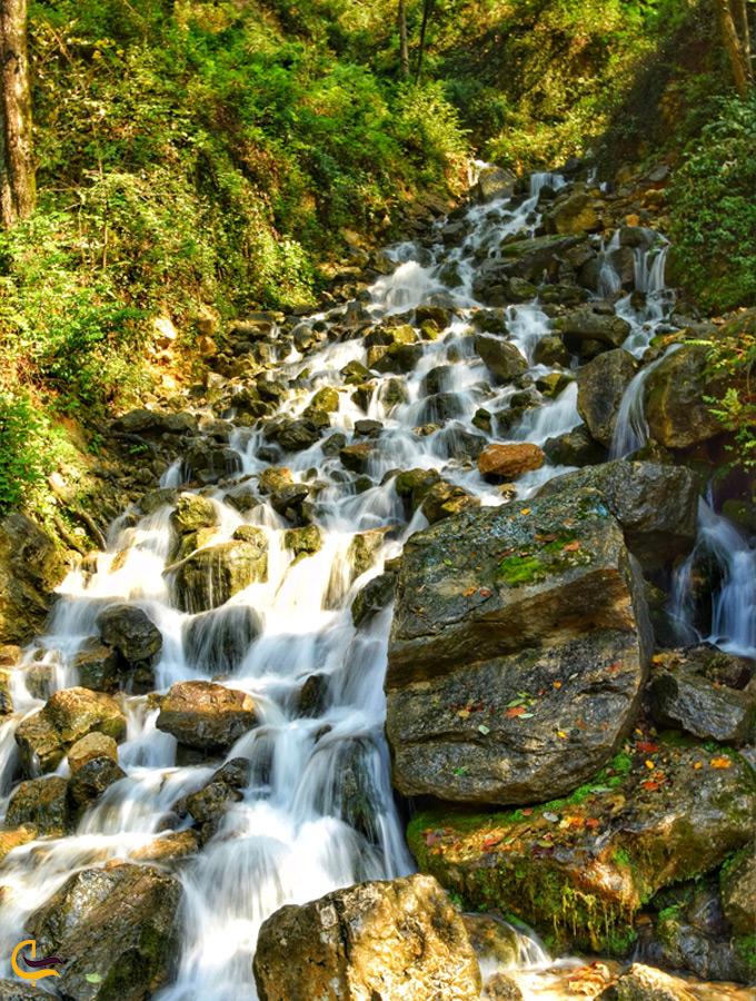 تصویر نقاشی شده از آبشار آب پری
