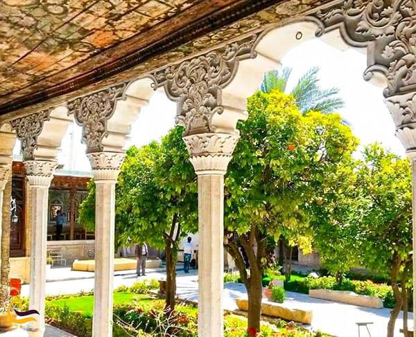 تصویر زیبای گچبری خها و کنده کاری های دیوار ها و ستون های خانه رینت الملوک در باغ نارنجستان قوام