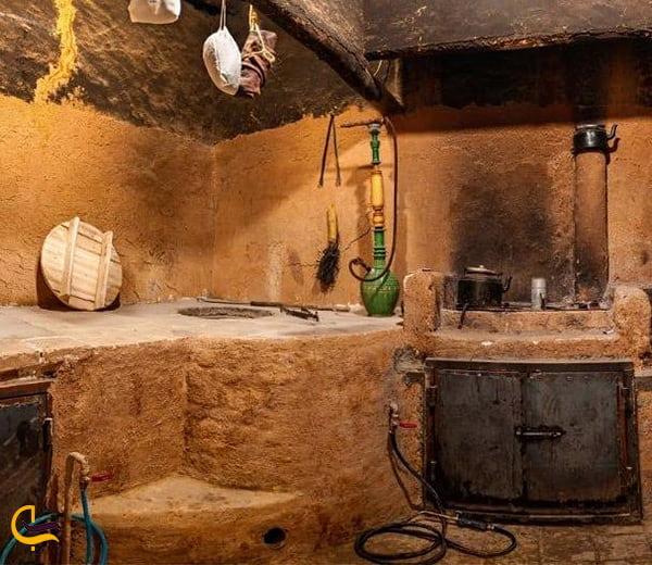 تصویر بسیا زیبا از آشپزخانه قدیمی و نوستالژی در هتل و افامتگاه بومگردی نی چشمه شیراز
