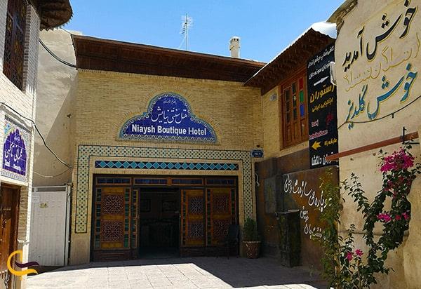 تصویر در ورودی هتل نیایش در شیراز