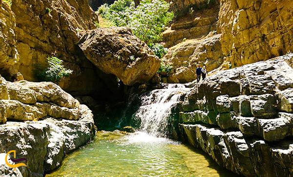 آب تنی در آبشار هفت چشمه روستای ارنگه