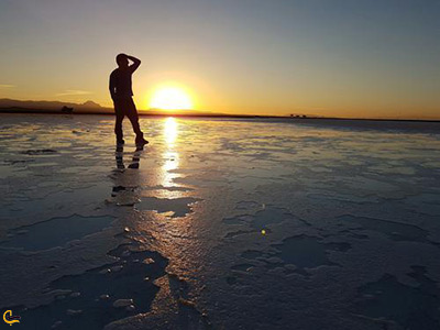 غروب زیبای خورشید در دریاچه نمک خور منطقه گردشگری پربازدید