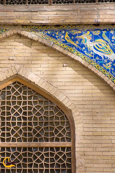 کاشی کاری های پنجره ها زیبایی به روی باغ کاخ هشت بهشت