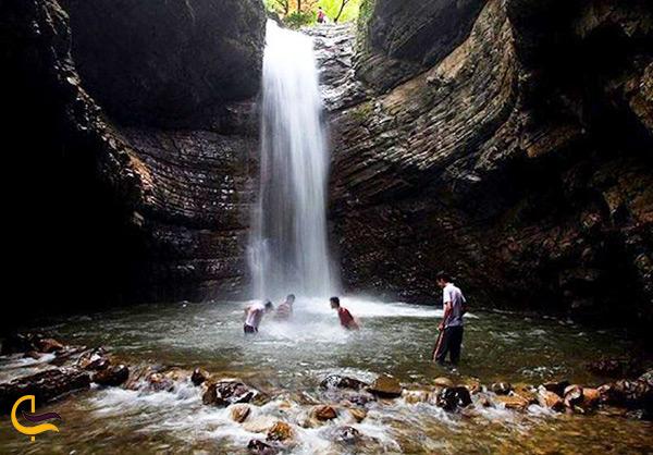 داخل آبشار فوق العاده زیبای ماسال و خوشگذرانی و آبتنی در این آبشار های خنک و خروشان