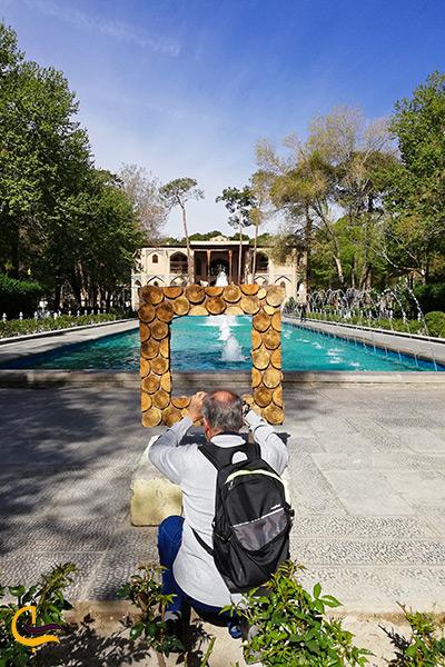 تصویر توریست های خارجی در حال عکاسی کردن در کاخ هشت بهشت