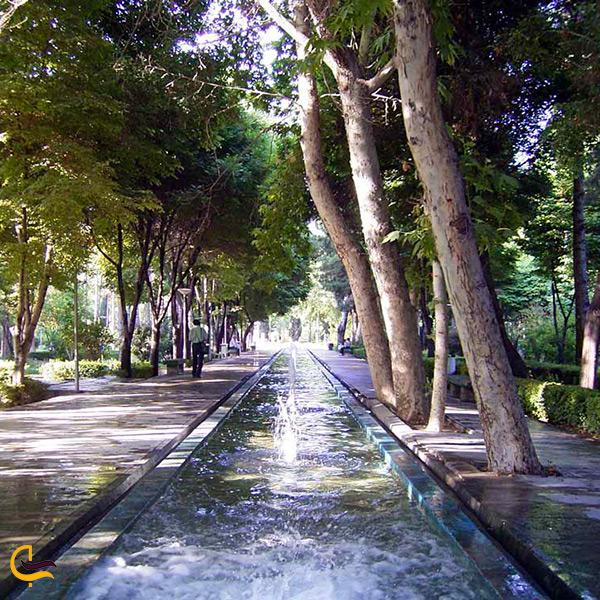 جویبار هایی در باغ کاخ هشت بهشت رنگ قاجار گرفته اند