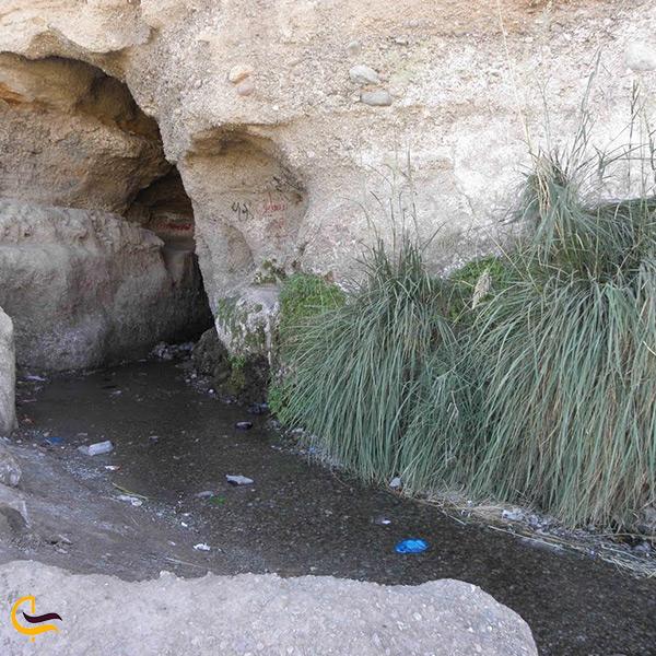 ورودی غار لادیز در روستای لادیز
