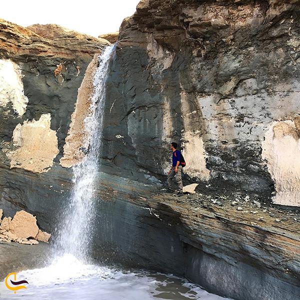 آبشار زیبای نمکی در گنبد نمکی جاشک
