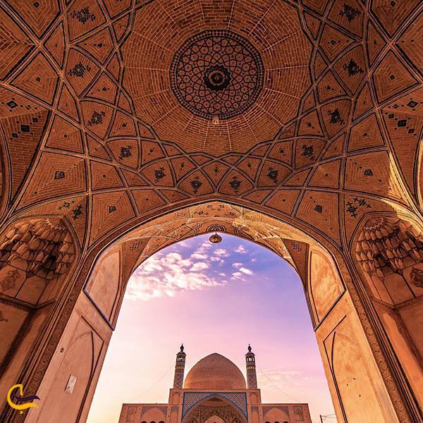 نمای پایین به بالای مسجد آقا بزرگ کاشان