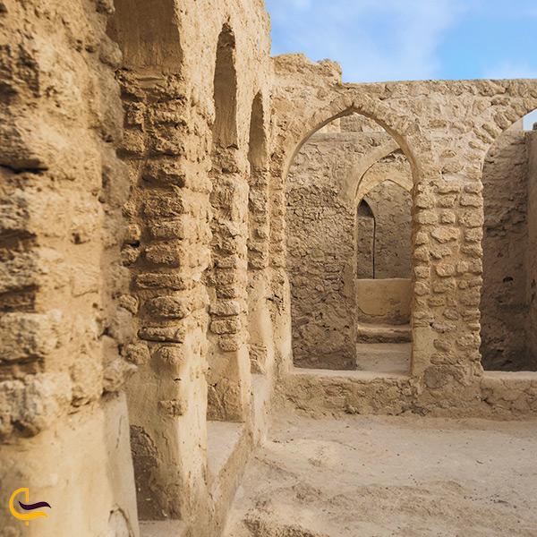 نمای نزدیک بنای شهر حریره کیش
