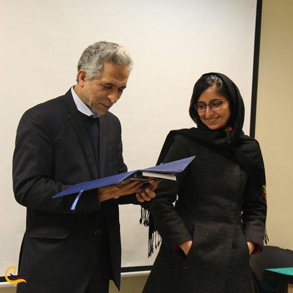 تصویر مهندس لیلا عراقیان در مراسم تجلیل جوایز بین المللی طرح پل طبیعت