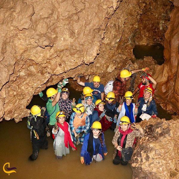 بازدید مردم از غار آبی دانیال