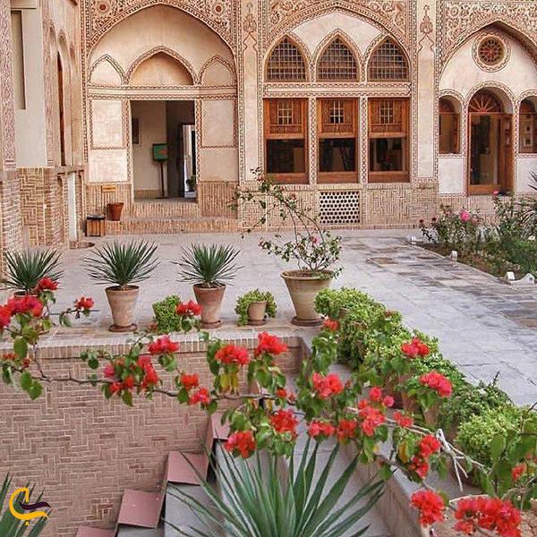 تصویر حیاط خانه عامریها در کاشان