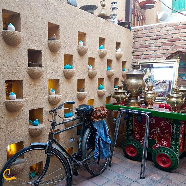 نمایی از فضای سنتی رستوران یزدی رزفر