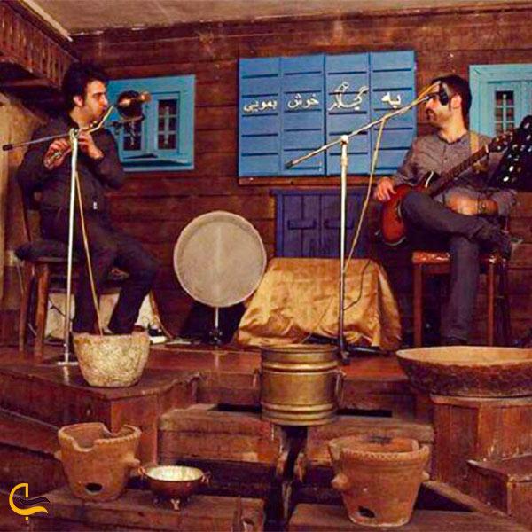 تصویری از گروه موسیقی سنتی در رستوران سنتی گیلار