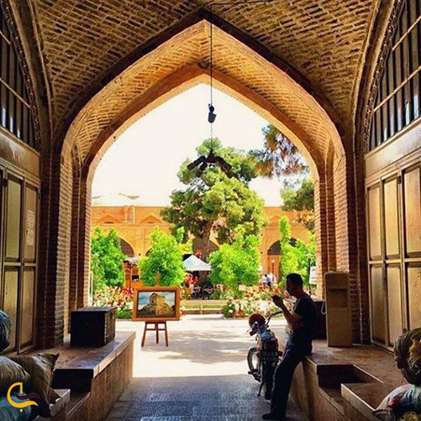 نمای بسیار زیبای حیاط سرای مشیری از داخل بازار