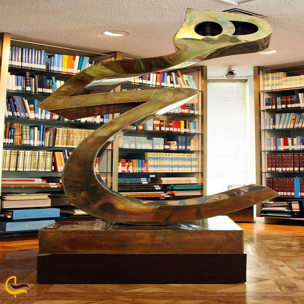 تصویری از اثر هیچ در کتابخانه کاخ نیاوران