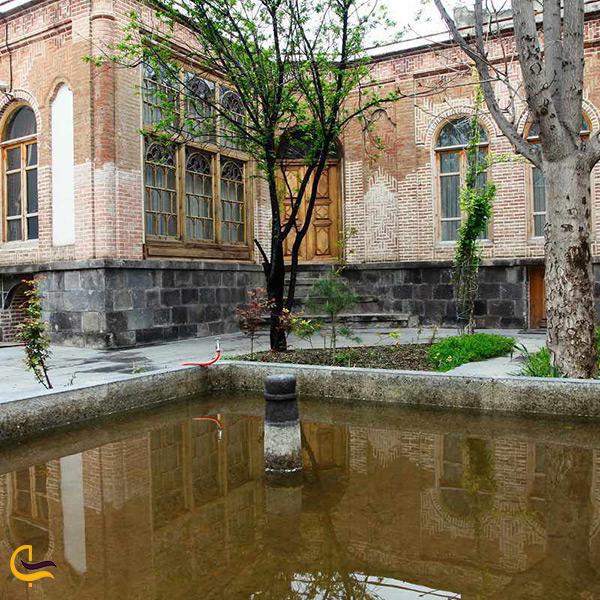 تصویر زیبا از فضای داخلی بنای موزه مفاخر دینی شهر اردبیل