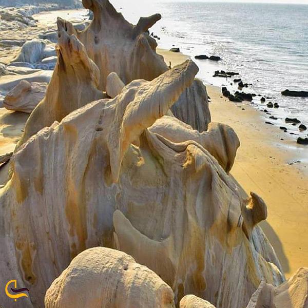 تصویر زیبا از اشکال عجیب و زیبا ساحل مکسر