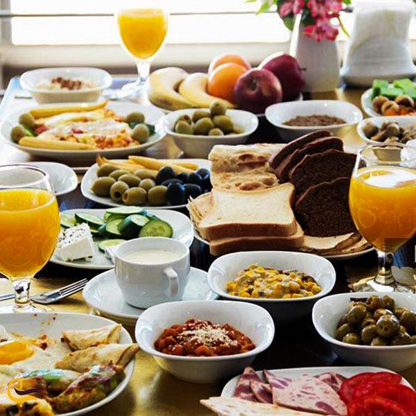 صبحانه در رستوران گردان برج میلاد