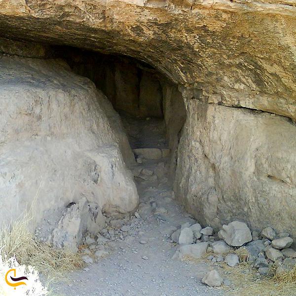 تصویری از غار بیستون