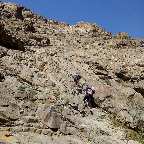نمایی از مسیر سخت صعود به قله دارآباد