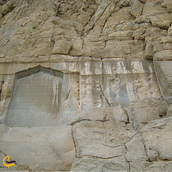 نمایی از سنگ نوشته شیخ علی خان زنگنه بیستون کرمانشاه
