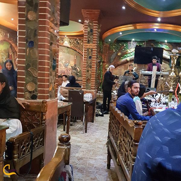 فضای داخلی رستوران کندیمیز و موسیقی زنده در رستوران کندیمیز