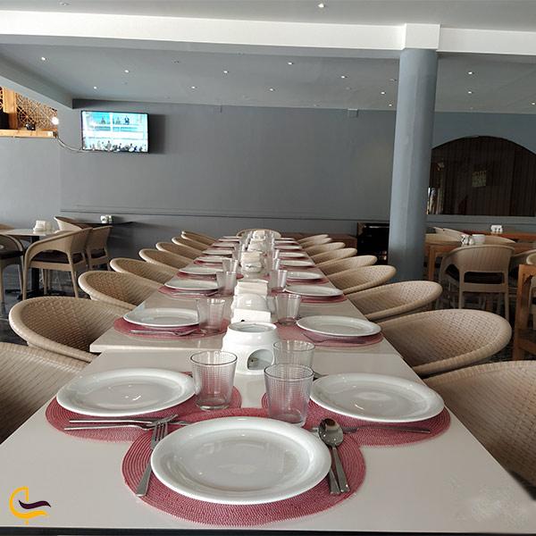 نمایی از فضای داخل رستوران قصر موج میرداماد